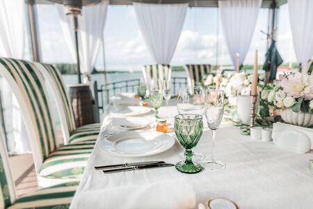 Nahaufnahme. Tisch für das Hochzeitsfest serviert. Feiertage und Traditionen
