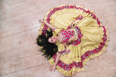 vista superior. Mujer joven con un hermoso vestido cantando una apasionada danza gitana Foto de archivo
