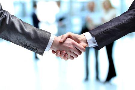 L'homme d'affaires. Main pour une poignée de main. La conclusion de la transaction. Banque d'images