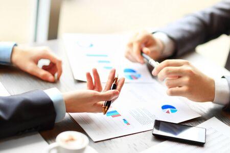 Image de deux jeunes hommes d'affaires discutant d'un document lors d'une réunion Banque d'images
