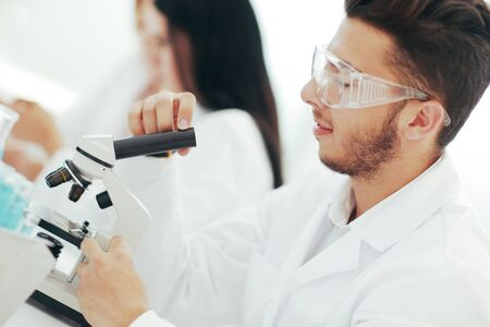 close up.man scientist looking through a microscope Banque d'images - 144164564
