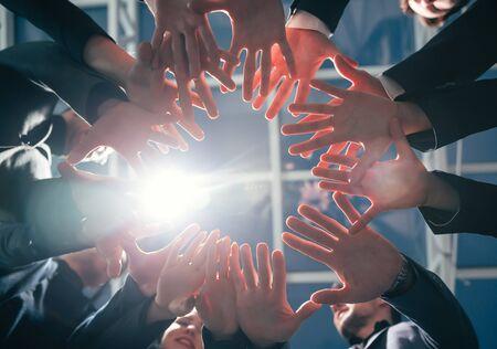 fermer. équipe de jeunes entreprises debout dans un cercle. Banque d'images