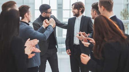close up. business team congratulating the best employee. Foto de archivo
