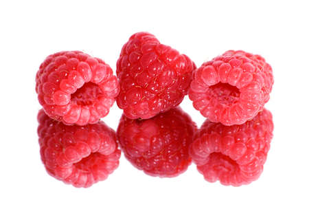 bacca: Three berries of a raspberry are reflected in a mirror