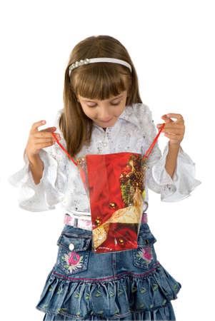 La petite fille dans une boîte avec un cadeau