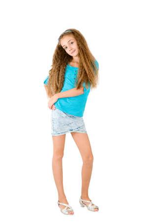 mini skirt: Muchacha en la blusa azul en el fondo blanco