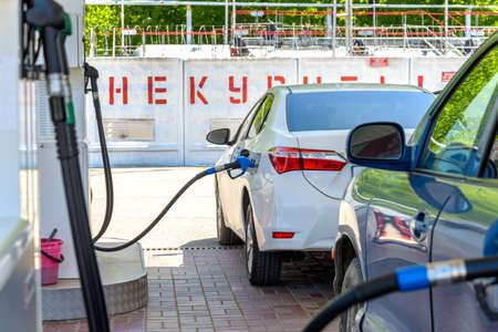 La voiture est alimentée en essence à la station-service Banque d'images - 82605670