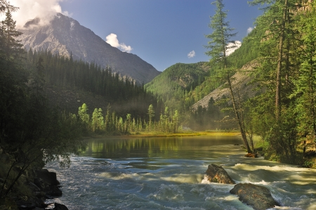 taiga: Mountain Lake, en Sib�rie occidentale, les montagnes de l'Alta�, Katun cr�te Banque d'images