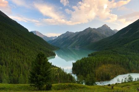 Lago di montagna, Siberia occidentale, monti Altai, Katun cresta