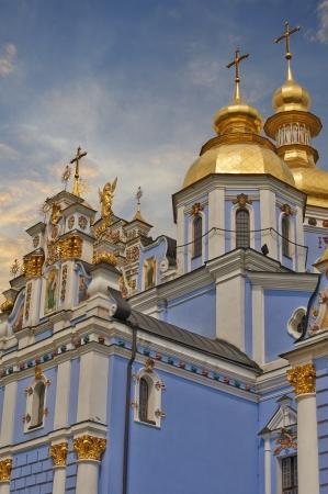 Gilded cattedrale ortodossa russa di San Michele e di una chiesa con cupola in legno, Kiev, Ucraina Archivio Fotografico