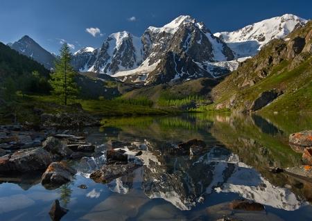 中也リッジ山湖、西シベリア、アルタイ山脈