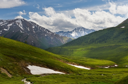 Lago de montaña, el oeste de Siberia, las montañas de Altai, Chaia cresta Foto de archivo - 21035091