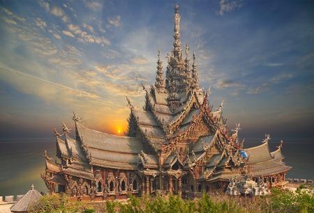Santuario della Verità è una costruzione del tempio a Pattaya, Thailandia Il santuario è un edificio interamente in legno pieno di sculture basato sulla tradizione buddista e indù motivi