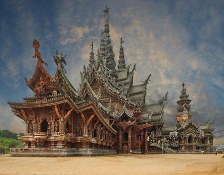 Santuario della Verit� � una costruzione del tempio a Pattaya, Thailandia Il santuario � un edificio interamente in legno pieni di sculture sulla base tradizionale buddista e ind� motivi
