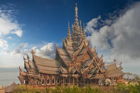 Sanctuary of Truth è una costruzione di templi a Pattaya, Tailandia Il santuario è un edificio interamente in legno pieno di sculture basate su motivi tradizionali buddisti e indù