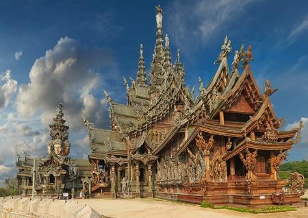 Santuario della Verità è una costruzione del tempio a Pattaya, Thailandia Il santuario è un edificio interamente in legno pieni di sculture sulla base tradizionale buddista e indù motivi