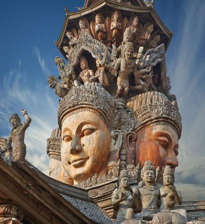 Heiligdom van de Waarheid is een tempel bouwen in Pattaya, Thailand Het heiligdom is een volledig houten gebouw gevuld met sculpturen op basis van traditionele boeddhistische en hindoeïstische motieven Stockfoto