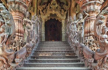 Sanctuary of Truth는 태국 파타야 (Pattaya)의 성전 건축물입니다. 성소는 전통적인 불교와 힌두교의 모티프를 기반으로 한 모든 나무로 지어진 건물