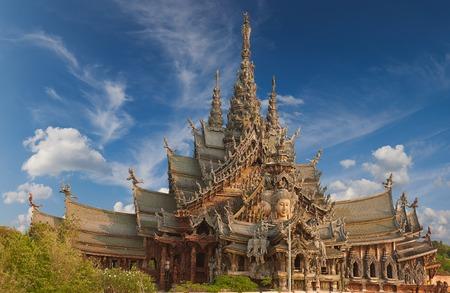 Santuario della Verit� � una costruzione del tempio a Pattaya, Thailandia. Il santuario � un edificio interamente in legno pieno di sculture a base di tradizionali motivi buddisti e ind�.