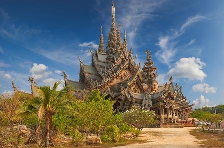 Santuario della Verità è una costruzione del tempio a Pattaya, Thailandia. Il santuario è un edificio interamente in legno pieno di sculture a base di tradizionali motivi buddisti e indù. Archivio Fotografico