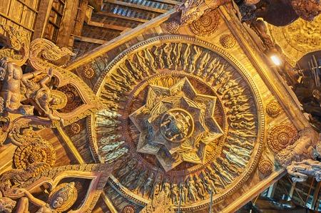 Pattaya, Tailandia 23 febbraio 2014: Il santuario di verità è una costruzione del tempio a Pattaya, Tailandia. Il santuario è un edificio interamente in legno pieno di sculture basate su motivi tradizionali buddisti e indù. Pattaya, Tailandia - 23 febbraio 2014
