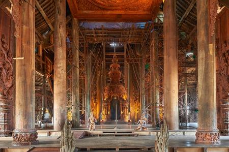 Pattaya, Thailandia-23 febbraio 2014: Santuario della Verit� � una costruzione del tempio a Pattaya, Thailandia. Il santuario � un edificio interamente in legno pieno di sculture a base di tradizionali motivi buddisti e ind�. Pattaya, Thailandia - 23 febbraio 2014