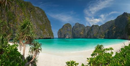 Travel vacation background - Tropical island with resorts - Phi-Phi island, Krabi Province, Thailand. Standard-Bild