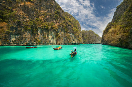 Reizen vakantie achtergrond - Tropisch eiland met resorts - Phi-Phi eiland, provincie Krabi, Thailand. Stockfoto