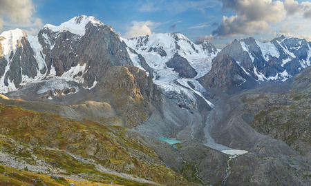 Lago di montagna, Russia, Siberia, monti Altai, Chuya cresta.