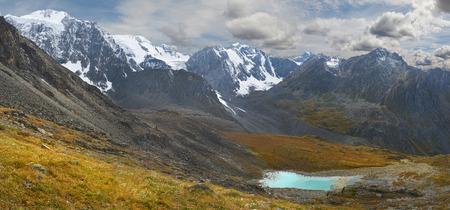 Lago di montagna Russia Siberia Altai montagne Chuya cresta.