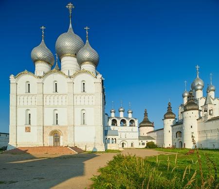 Cattedrale dell'Assunta e la chiesa della Resurrezione a Rostov Cremlino. L'antica citt� di Rostov The Great � un centro turistico di Anello d'Oro della Russia.