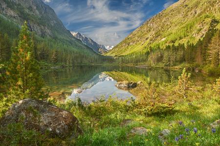 Lago di montagna, Russia, Siberia, monti Altai, Katun cresta. Archivio Fotografico
