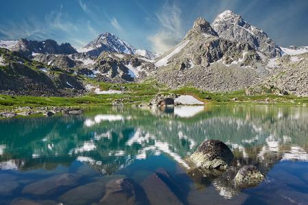 Lac de montagne, la Russie, la Sibérie, montagnes de l'Altaï, crête Katun. Banque d'images