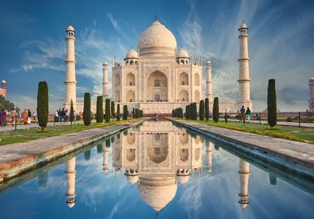 De Taj Mahal is een ivoren-wit marmeren mausoleum op de zuidelijke oever van de rivier de Yamuna in de Indiase stad Agra, Uttar Pradesh.