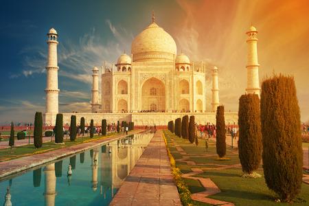 De Taj Mahal is een ivoren-wit marmeren mausoleum op de zuidelijke oever van de rivier de Yamuna in de Indiase stad Agra, Uttar Pradesh, India.