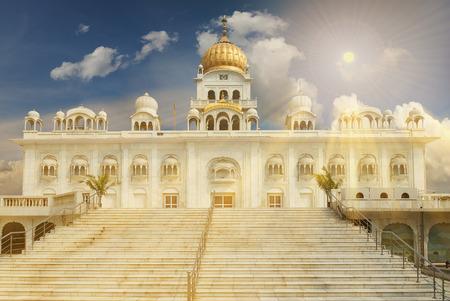 Gurudwara Bangla Sahib is een van de meest prominente Sikh gurdwara, in Delhi, India en staat bekend om de associatie met de achtste Sikh Guru, Guru Har Krishan, evenals het zwembad binnen zijn complex. Stockfoto