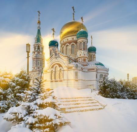 옴 스크, 대성당 광장, 겨울 감기, 눈 덮인 오후의 신성한 Dormition 대성당의 도시 중심. 서쪽 시베리아 러시아. 스톡 콘텐츠