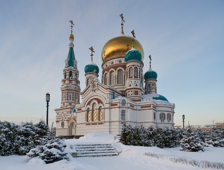 Center of the city of Omsk, Cathedral Square, the Holy Dormition Cathedral of the winter cold, snowy afternoon. Western Siberia Russia. Standard-Bild