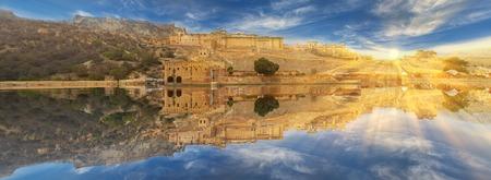 principal: Amer Fort se encuentra en Amer, una ciudad con una superficie de 4 metros cuadrados. Kilómetros, no muy lejos de Jaipur, estado de Rajasthan, India. Situado en lo alto de una colina, es el principal atractivo turístico de la zona de Jaipur.