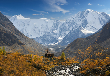 Chapel of Archangel Michael. The Belukha Massif two peaks Eastern Belukha 4509 m and Western Belukha 4435 m A beautiful autumn landscape, Russia, Siberia, mountain Altai, Katunsky ridge. Banque d'images