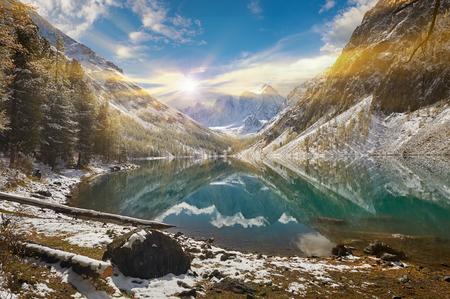 Neige hiver montagne lac lumineux et précoce, la Russie, la Sibérie, les montagnes de l'Altaï, la crête de Chuya.