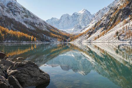 Snow covered winter mountain lake, Russia, Siberia, Altai mountains, Chuya ridge. Stockfoto