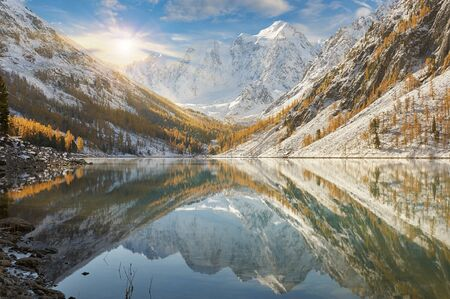 Bright colorful yellow autumn mountain lake, Russia, Siberia, Altai mountains, Chuya ridge. Stockfoto