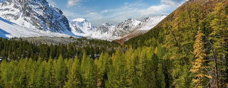 Mountains in the autumn sunny day. Russia Western Siberia Mountain landscape with a forest in the foreground. Standard-Bild