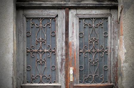 Viejas puertas, manijas, cerraduras, celosías y ventanas Foto de archivo