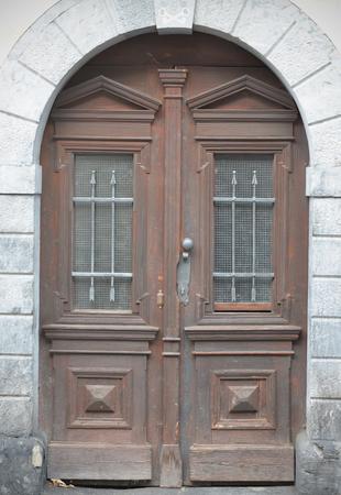 Vieilles portes, les poignées, les serrures, les treillis et les fenêtres