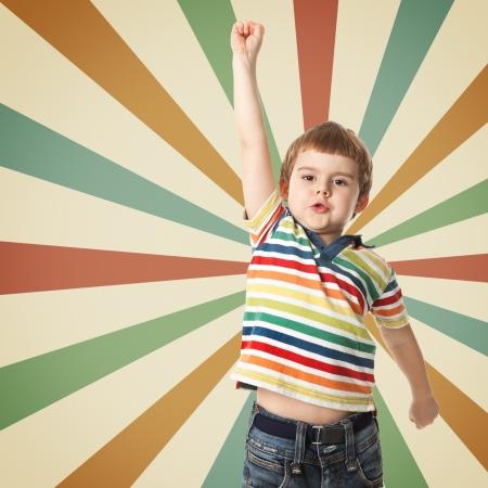 Menino alegre levantou a m�o para cima Fotografar no est�dio Imagens