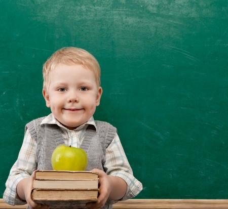 白いカードを手で保持して幸せな小さな男の子の肖像画 写真素材
