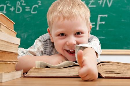 Alegre sorridente menino sentado  Imagens