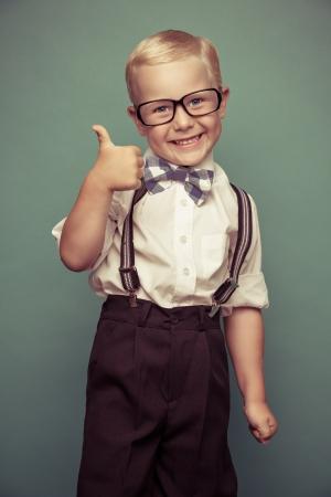 Sorriso alegre menino engra�ado sobre um fundo verde. Imagens